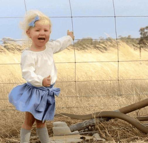 母亲带女儿野外游玩拍照留恋,回家细看照片,顿时大汗直流