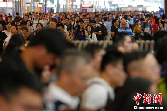 国庆假期结束 全国各地迎来返程客流高峰