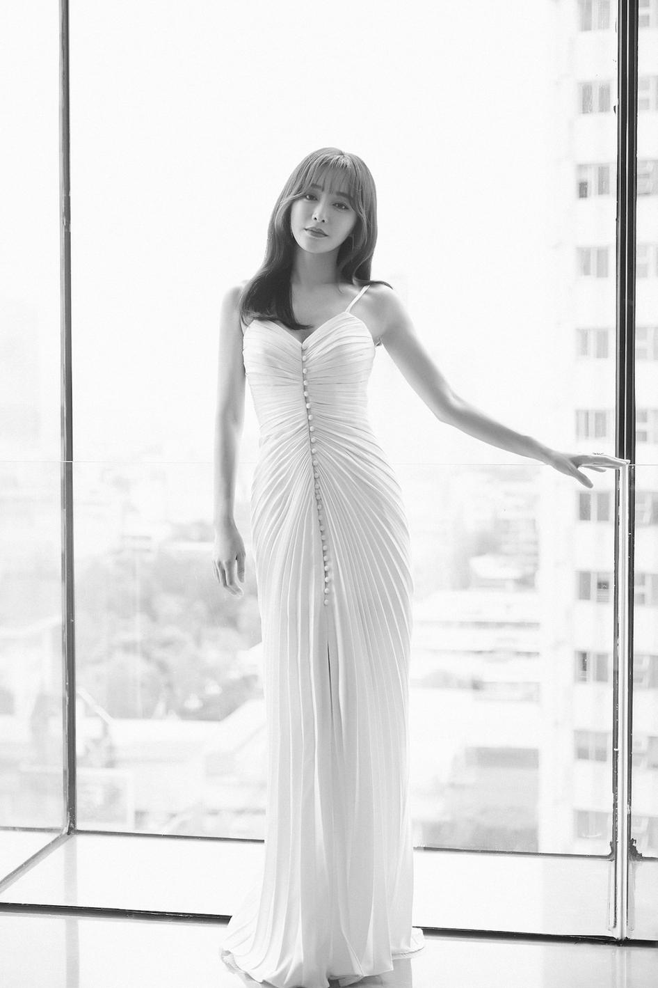 秦岚白色吊带裙仙气十足 新发型空气刘海儿获赞