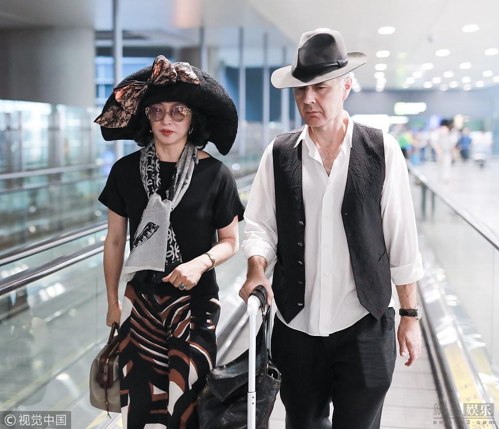 金星戴超大贵妇帽实力吸睛 与老公同框