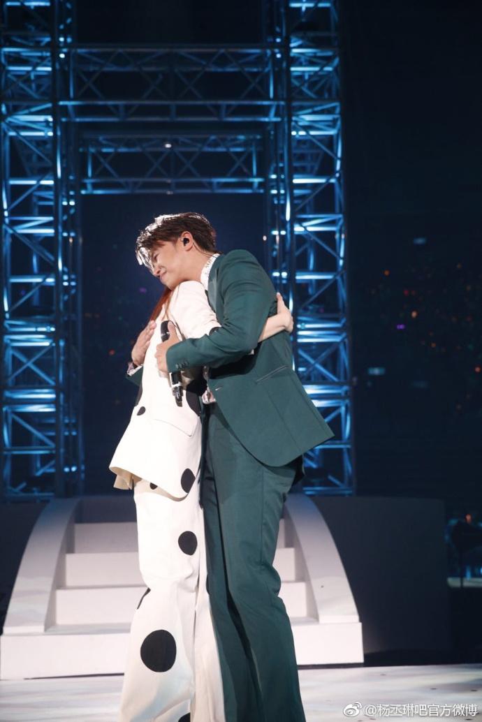 杨丞琳演唱会前男友献拥抱 白纱裙仙气十足