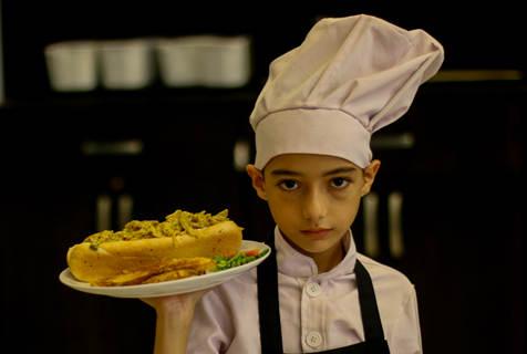 巴勒斯坦11岁男孩当厨师 患白血病仍工作3年