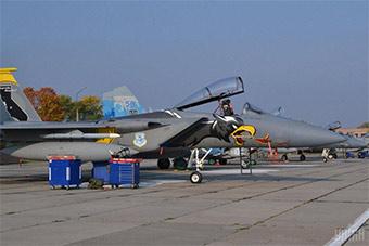 无限接近俄罗斯 美军派F15C抵达乌克兰演习