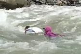 揪心!菲律宾一村庄教师渡14条河流上班