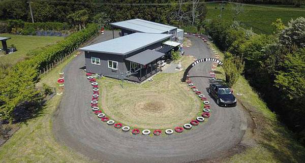 新西兰男子将后花园改造成赛车道只为体验漂移