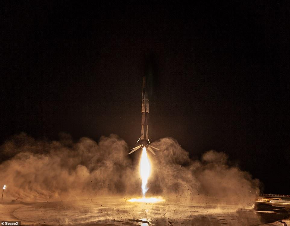 "Space X发射""猎鹰9号"":夜空中留下美丽炫影"