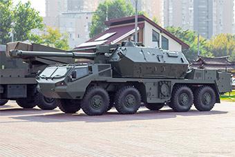 乌克兰防务展开幕 自行火炮现场展示