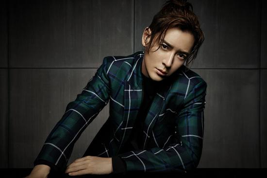 韩栋时尚大片演绎忧郁绅士  目光深邃耐人寻味
