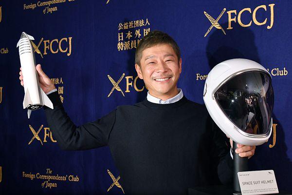 SpaceX首位环月乘客出席记者会 展示宇航员头盔