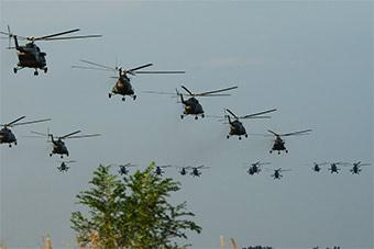 直升机部队实战演练 大批直升机铺天盖地飞来