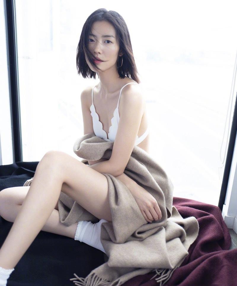 刘雯挑战性感纯美风 内衣出镜大秀诱人长腿