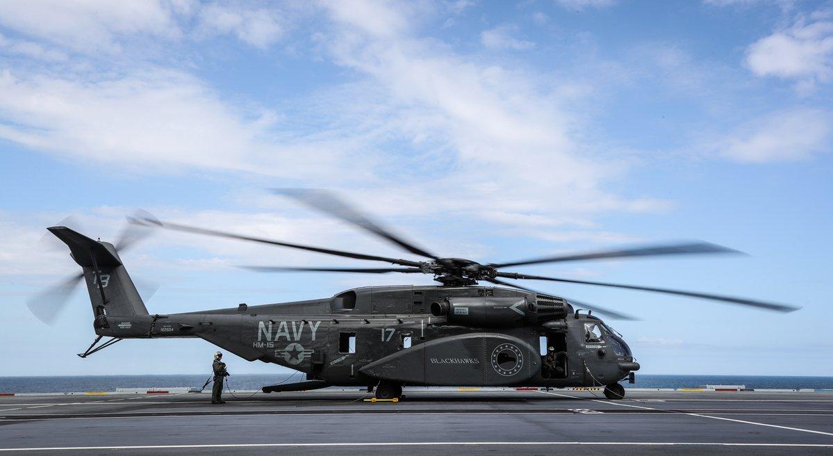 MH-53E是整个西方世界最重型直升机CH-53直升机的海军升级版,该机空重就达到14吨,在舰只上降落对甲板本身也是一种考验。