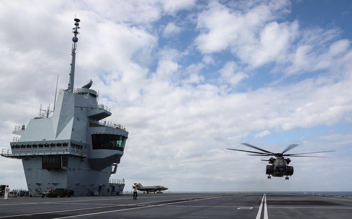 """【环球网军事综合报道】据英国海军伊丽莎白女王号官方社交媒体发布的照片显示,西方世界最大的直升机MH-53E""""海王""""直升机在英国海军伊丽莎白女王号航母上首次降落,伊丽莎白女王号航母的社交媒体还表示明日将有更大的飞行器""""上航母""""。"""