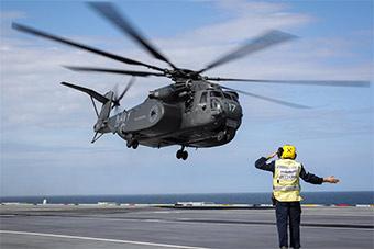 西方最大直升机首次降落伊丽莎白女王号航母