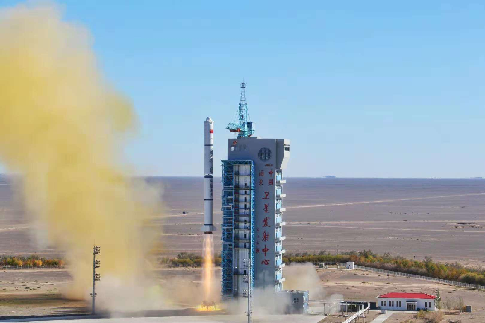 中国长征二号丙火箭送遥感三十二号01组卫星升空
