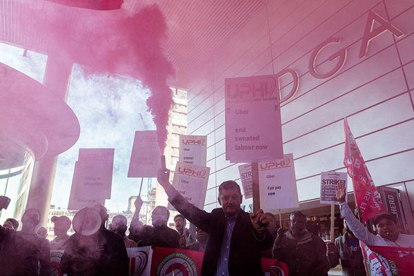 """英国Uber司机不满待遇罢工24小时 示威者刮起""""粉色风暴"""""""