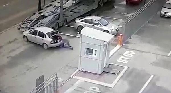 惊险!俄重型货车倒车将男子撞倒 侥幸及时脱险