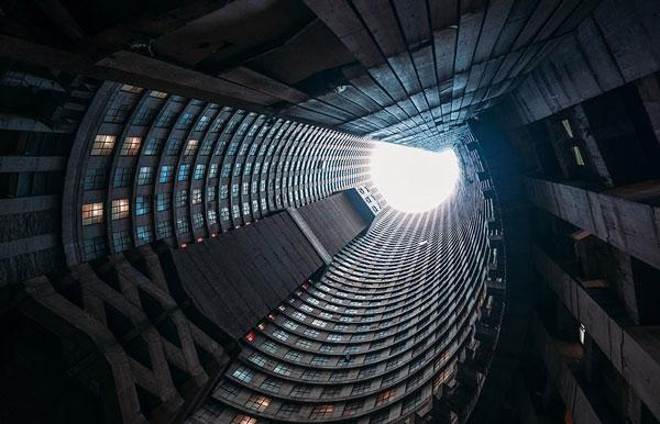 """南非最高摩天楼因年久失修沦为""""垂直贫民窟"""""""