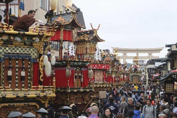 日本岐阜庆祝秋季高山祭 彩车街头巡游热闹非凡