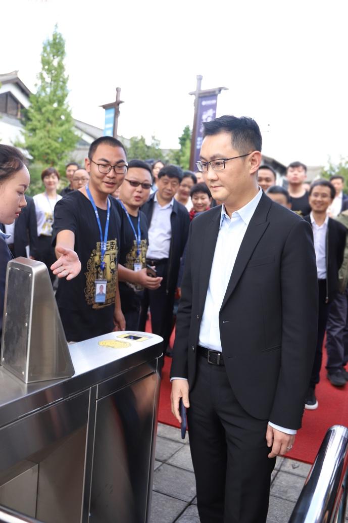 """马化腾体验""""游云南""""刷脸入园 腾讯优图提供技术支持"""