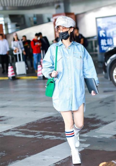 35岁黄圣依和24岁鞠婧祎同穿高筒袜,真嫩与装嫩的差别一目了然