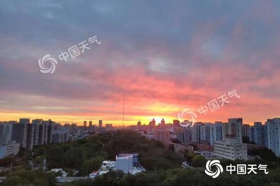 今晨,北京朝霞满天。陈曦 摄