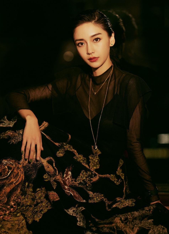 Angelababy穿黑色透视裙 妆容精致眼神魅惑撩人