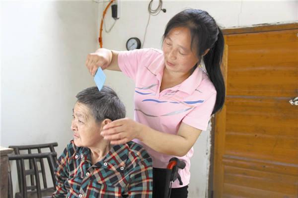 """夫妇老年不幸丧子 二人身患残疾无依靠 """"夷陵好侄媳""""照顾残疾叔婶22年"""