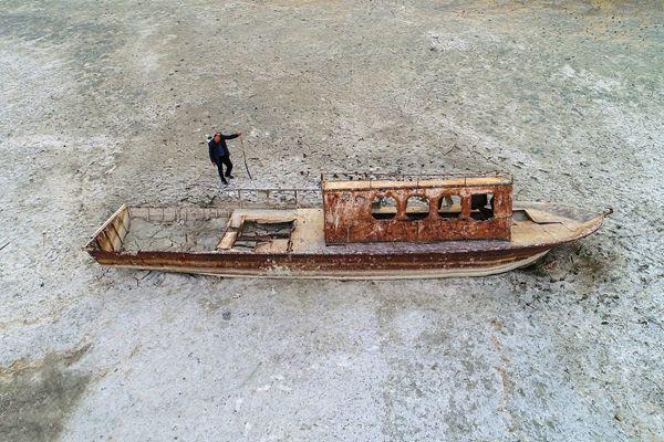 """土耳其最大湖泊旱季河床毕露 湖底沉船""""重见天日"""""""