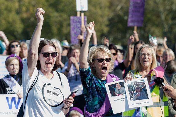 英国民众街头游行 抗议提高女性领取养老金的年龄