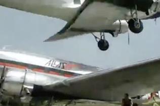 惊心动魄!南美一飞机鲁莽降落险撞停靠飞机
