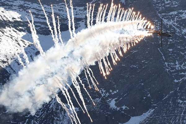 瑞士空军在阿尔卑斯山区进行训练表演