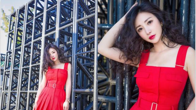 柳岩一袭红裙大秀身材 唇色娇媚上围傲人很性感