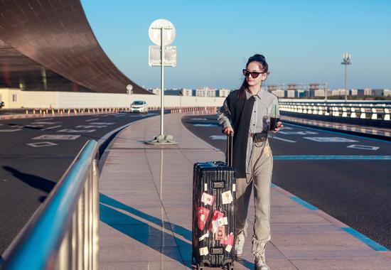 唐本休闲着装现身机场 元气少女活力十足