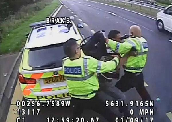 英国一暴徒接受执法时企图将警察推向车道