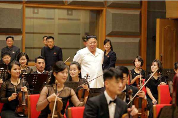 朝鲜最高领导人金正恩参观三池渊乐团剧场