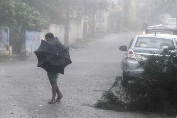 气旋风暴横扫印度东部引发狂风暴雨 逾30万人紧急疏散