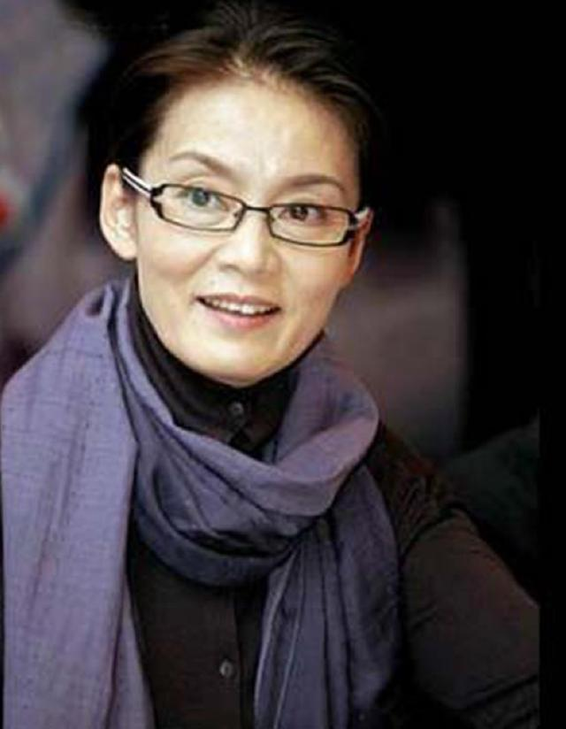 同是奶奶辈的演员,潘虹选择优雅变老,而她却选择用玻尿酸强撑!