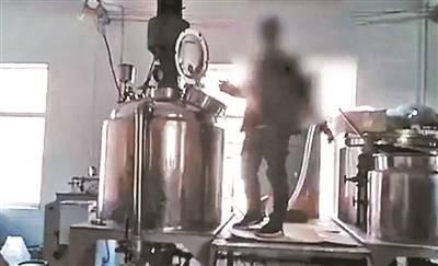 警方破获浙江跨国假香水案:自来水兑香精变身维密香水