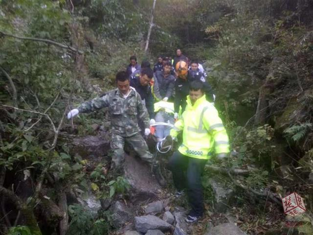驴友独自徒步穿越原始森林摔伤,神农架警民16小时紧急救人
