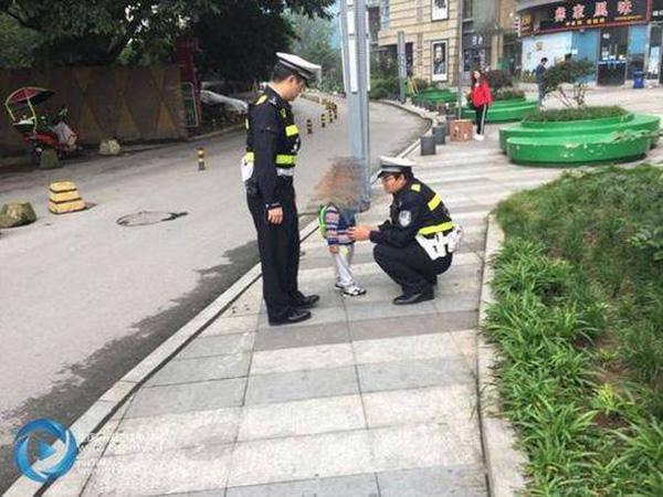 重庆夫妻闹离婚把幼童丢街头,接警察电话均称不会领孩子