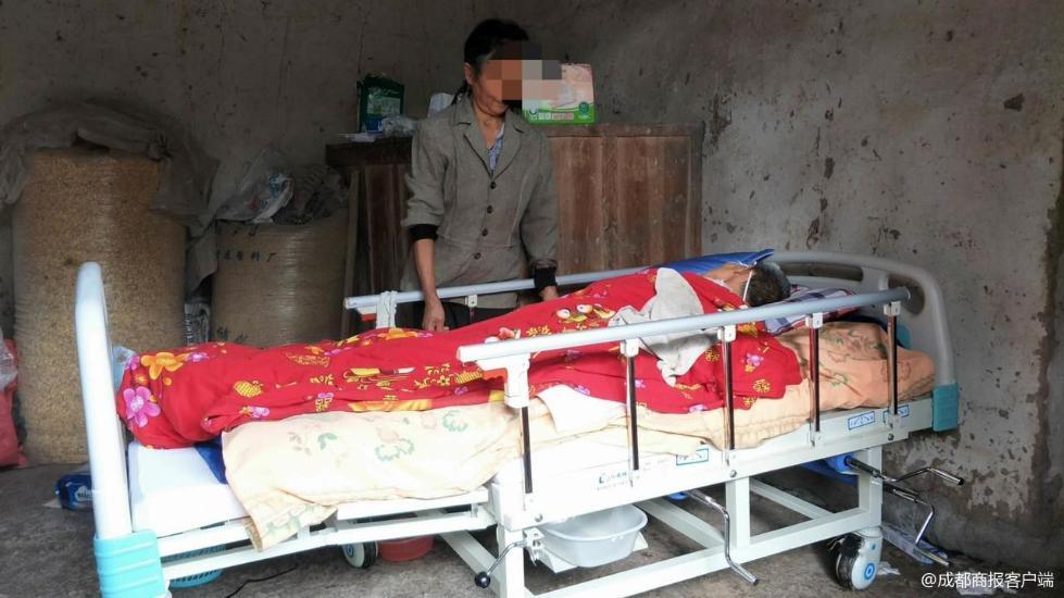 老人脑出血送医被村民拦住救护车 因其未出钱修路