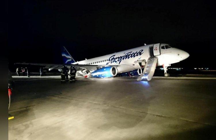 惊险!俄罗斯载96人客机偏离跑道 前轮悬空机尾着地