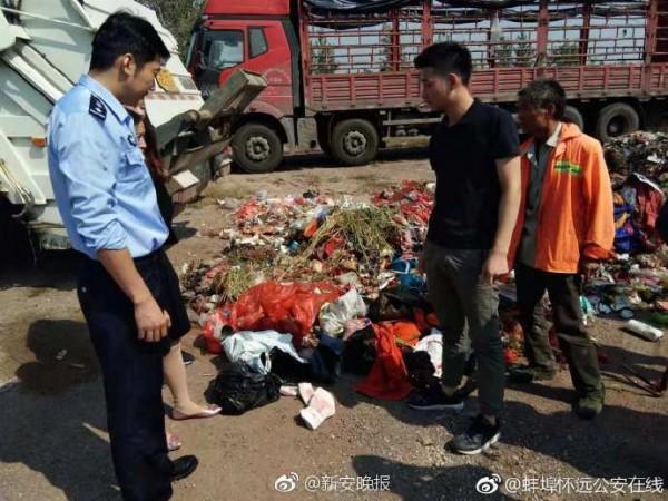 8万现金被当垃圾扔掉 警察翻10吨垃圾帮找回