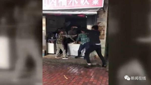 小吃店上演全武行:两男子疑抢糯米饭互殴头破血流