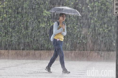 台湾4县市大雨或豪雨特报发布 19县市迎来强风