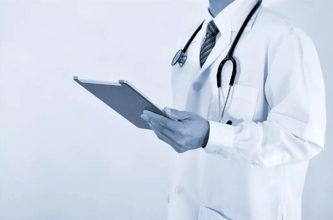 60万医学生仅10万从医 年轻人为何不愿穿白大褂?