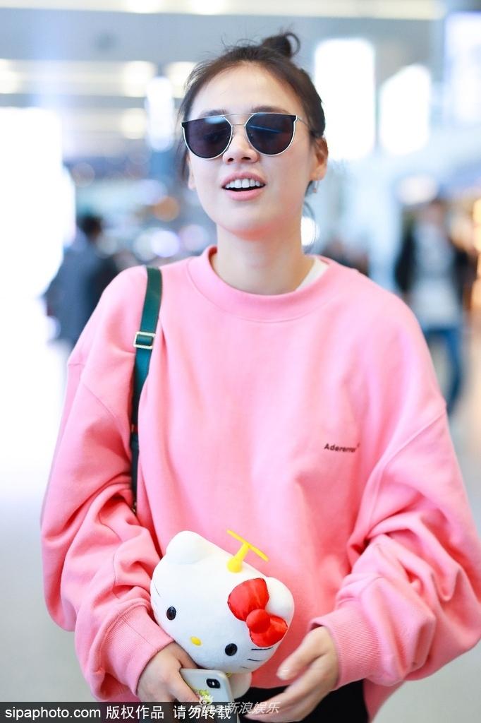 马思纯粉嫩亮相上海机场 与蒋雯丽一路有说有笑