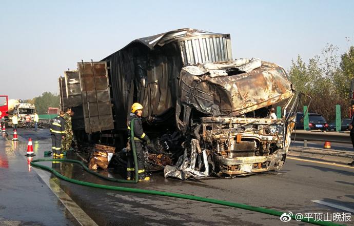 宁洛高速平顶山段发生交通事故 两辆大车起火