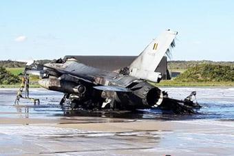 比利时一架F-16战机在基地爆炸 被烧成废铁
